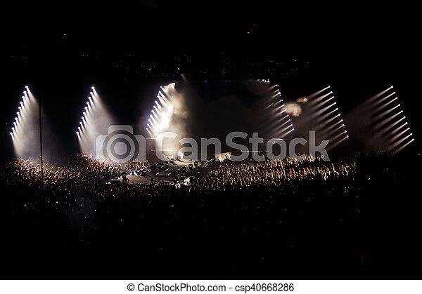 Mucha gente en conciertos, fondo de discoteca - csp40668286