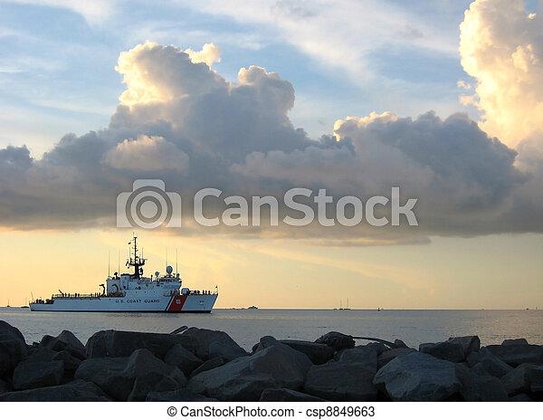 conducteur, kust, ondergaande zon , snijder - csp8849663