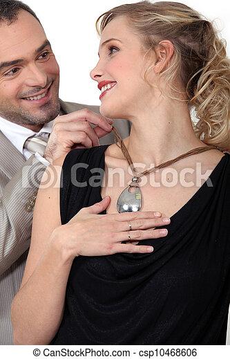 Un hombre con el collar de su esposa - csp10468606
