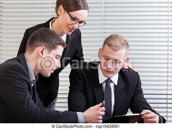 Gente de negocios en conferencia - csp19429561