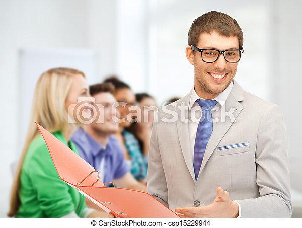 Profesor dando clases en la escuela - csp15229944