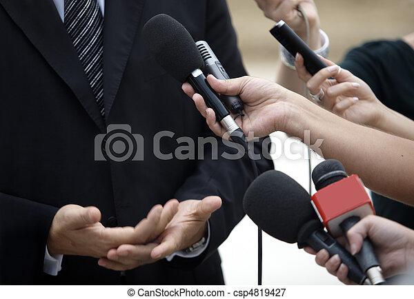 Micrófonos de periodismo de conferencias de negocios - csp4819427