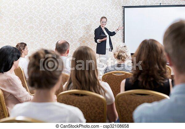 El presidente de la conferencia - csp32108658