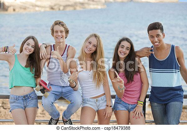 Grupo de adolescentes confiados - csp18479388