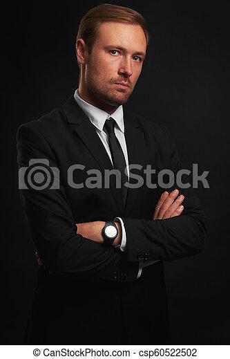 Un apuesto hombre seguro con traje negro - csp60522502