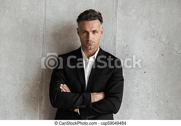 Un hombre seguro vestido de traje - csp59049484
