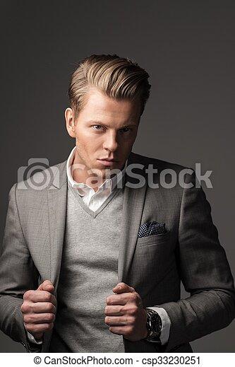 Un hombre vestido con traje negro - csp33230251