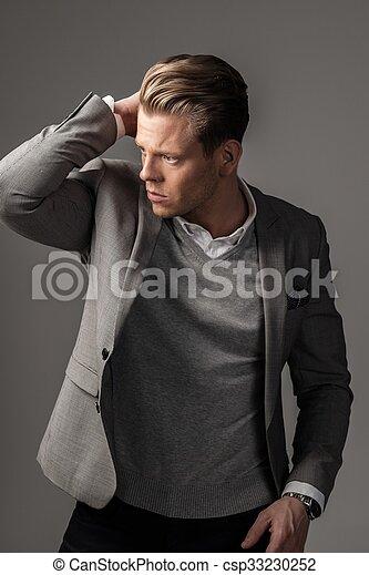 Un hombre vestido con traje negro - csp33230252