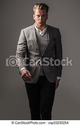 Un hombre vestido con traje negro - csp33230254