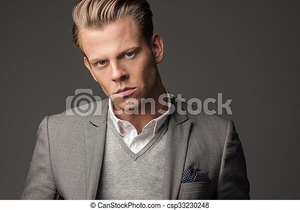 Un hombre vestido con traje negro - csp33230248
