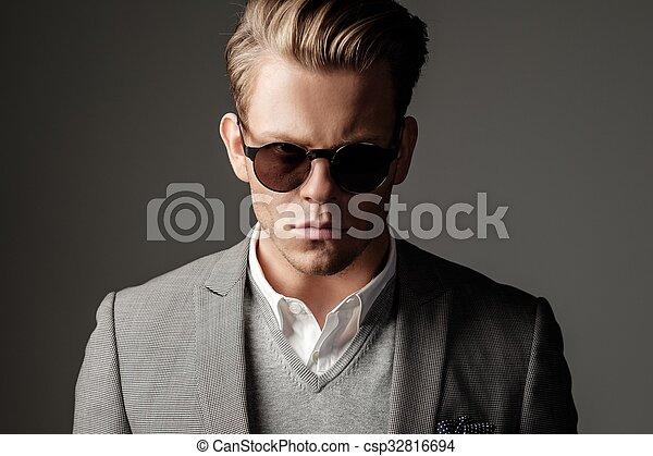 Un hombre vestido con traje negro - csp32816694