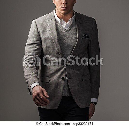 Un hombre vestido con traje negro - csp33230174