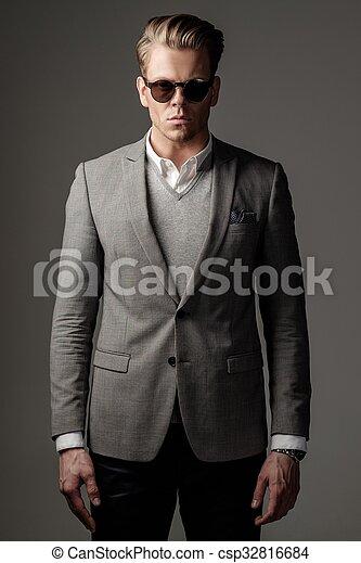 Un hombre vestido con traje negro - csp32816684