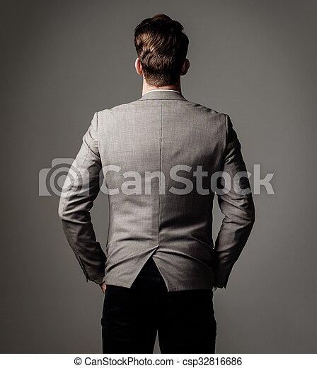 Un hombre vestido con traje negro - csp32816686