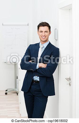 Un hombre de negocios relajado - csp19618002