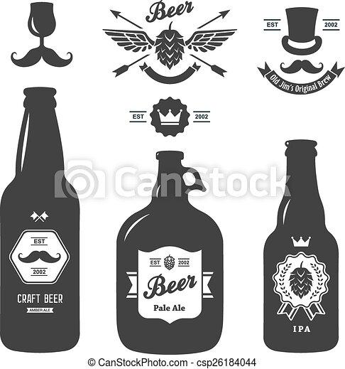 Un juego de botellas de cerveza antiguas con insignias de cervecería - csp26184044
