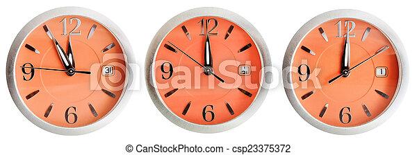 Un juego de relojes naranjas a medianoche - csp23375372