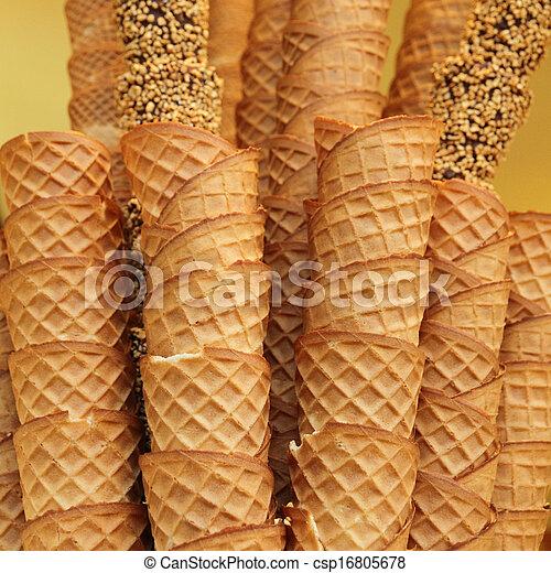 El primer plano de una pila de conos de helado de gofre vacíos - csp16805678