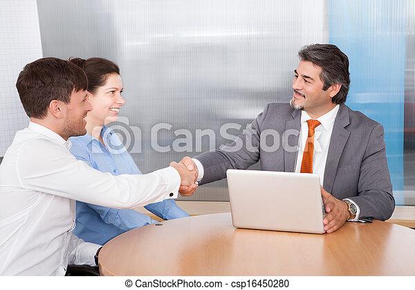 Consultor estrechando la mano con el hombre - csp16450280