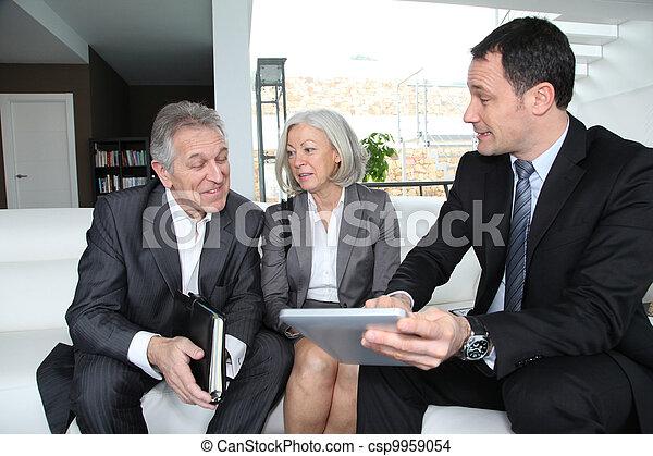 La pareja mayor discute el plan financiero con el asesor - csp9959054