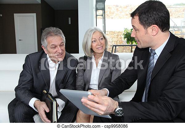 La pareja mayor discute el plan financiero con el asesor - csp9958086