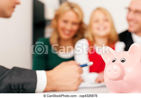 Familia con consultor - finanzas y seguros - csp4326876