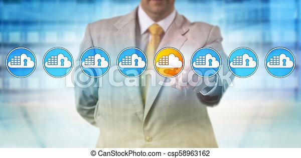 Hombre manchando vulnerable contenedor de nubes en la alineación - csp58963162