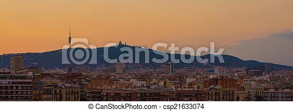 El horizonte de Barcelona al atardecer - csp21633074