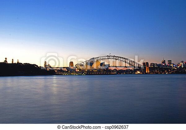 El horizonte del puerto de Sydney al atardecer - csp0962637