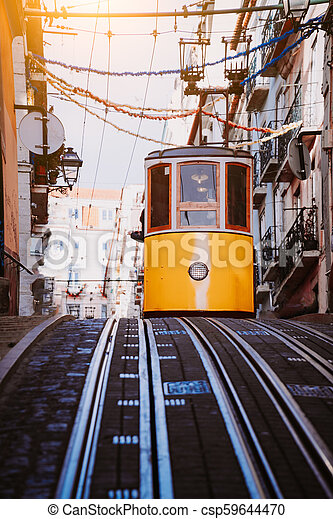 El funicular amarillo de Lisboa conduce por la calle. Lisboa, Portugal. Lado oeste de la avenida da liberdade conecta el centro con bairro alto - csp59644470
