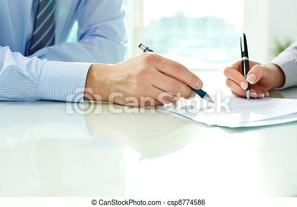 Firmando contrato - csp8774586