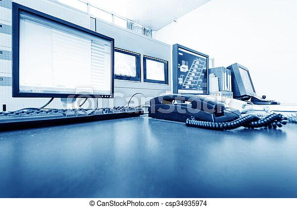 Sala de control de computadoras y equipo de monitoreo - csp34935974