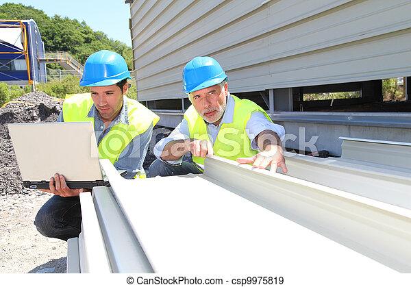 controleren, gebouw, werkmannen , bouw materiaal - csp9975819