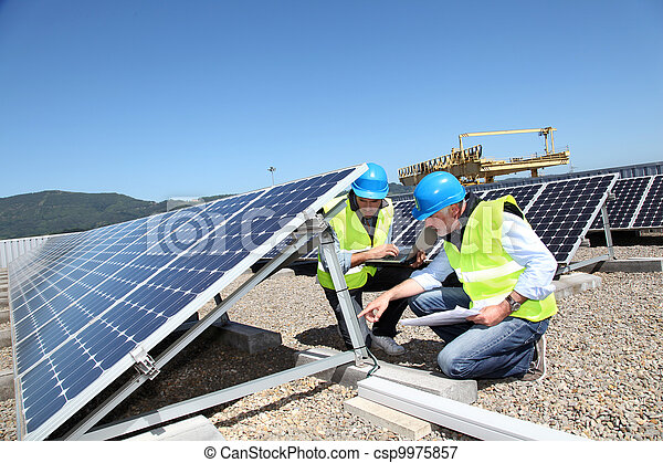 controleren, rennende , panelen, zonne, ingenieurs - csp9975857