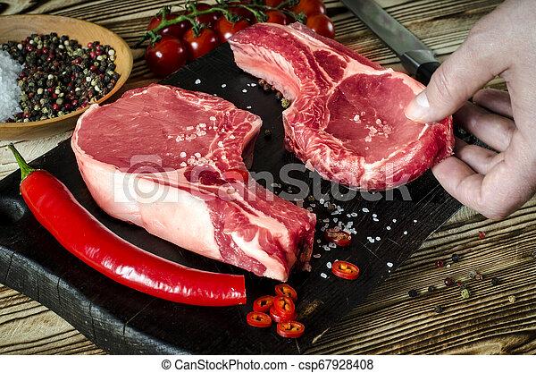 cooking., 古い, 肉, 牛肉, スペース, 木製である, 塩のコショウ, text., steak., 手, ステーキ, 未加工, 大理石模様にされた, バックグラウンド。, ハーブ, 準備ができた, 目, ステーキ, あばら骨, ニンニク - csp67928408