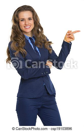 Mujer de negocios apuntando en el espacio de copia - csp19103896