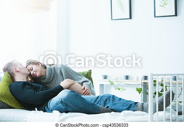 Coppia, letto, abbracciare. Pigro, coppia, mattina, letto, domenica ...