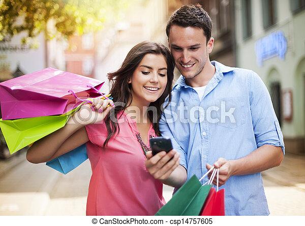 coppia, mobile, shopping, giovane, telefono, borsa, usando - csp14757605
