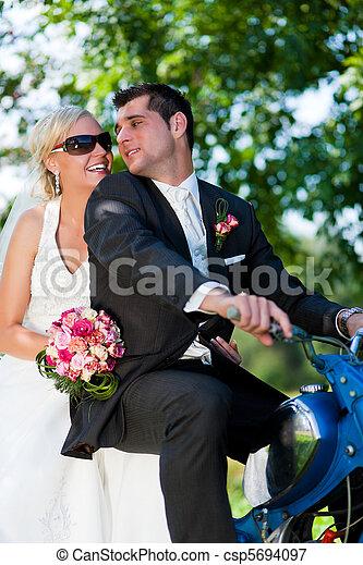 coppia, motocicletta, matrimonio - csp5694097