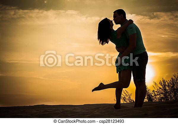 coppia, silhouette, abbracciare - csp28123493