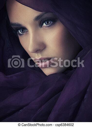 Retrato de una joven belleza, mucho espacio de copia - csp6384602