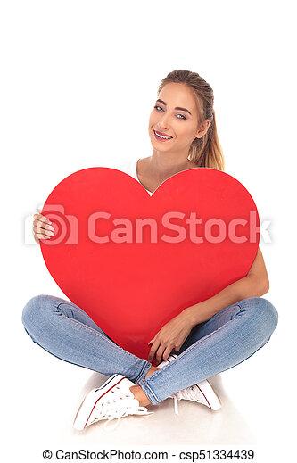 coração, amor, grande, jovem, segurando, menina, vermelho, feliz - csp51334439
