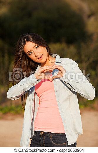 coração, mulher, jovem, forma, mãos, faz - csp12850964