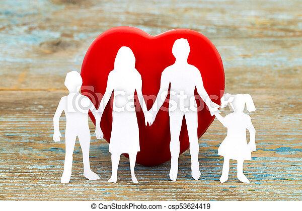 Silueta de papel de familia y corazón en el fondo de madera. El concepto de seguro de salud - csp53624419