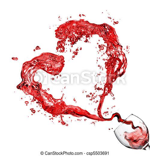 Corazón de verter vino tinto en copa de cristal aislado en blanco - csp5503691