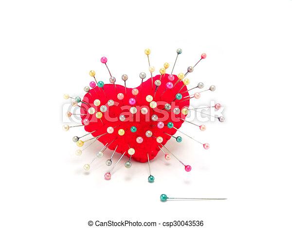 Corazón con alfiler derecho en fondo blanco - csp30043536