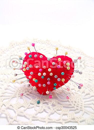 Corazón con alfiler derecho en fondo blanco - csp30043525