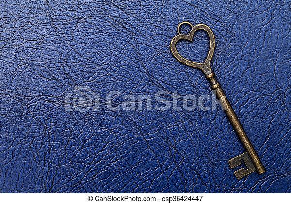 Una llave vintage con forma de corazón - csp36424447