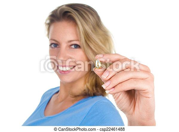 La mujer sana del corazón muestra la cápsula Omega 3 - csp22461488