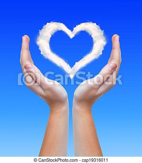 Corazón de nubes - csp19316011